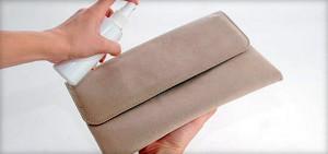 Нанесение защитного средства на замшевую сумку