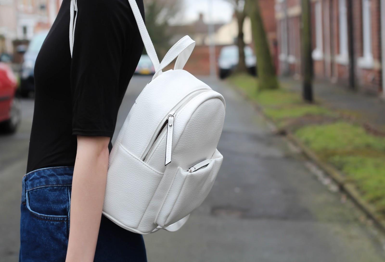 С чем носить белый рюкзак
