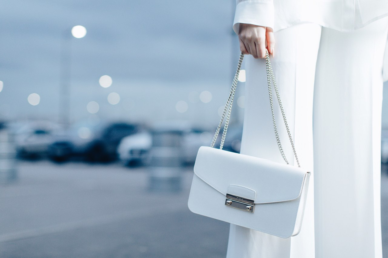 Белая сумка через плечо. С чем носить